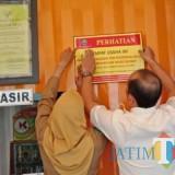 Para petugas BP2D Kota Malang dan tim gabungan lintas instansi melakukan pemasangan patok di lokasi wajib pajak yang bandel. (Foto: BP2D Kota Malang for MalangTIMES)
