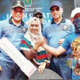 Penyerahan hadiah undian Gebyar Jalan Sehat Arema Sadar Pajak V 2018 yang diselenggarakan BP2D Kota Malang. (Foto: Dokumen MalangTIMES)