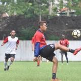 Hamka Hamzah saat mengikuti program latihan Arema FC di Stadion UMM (instagram)