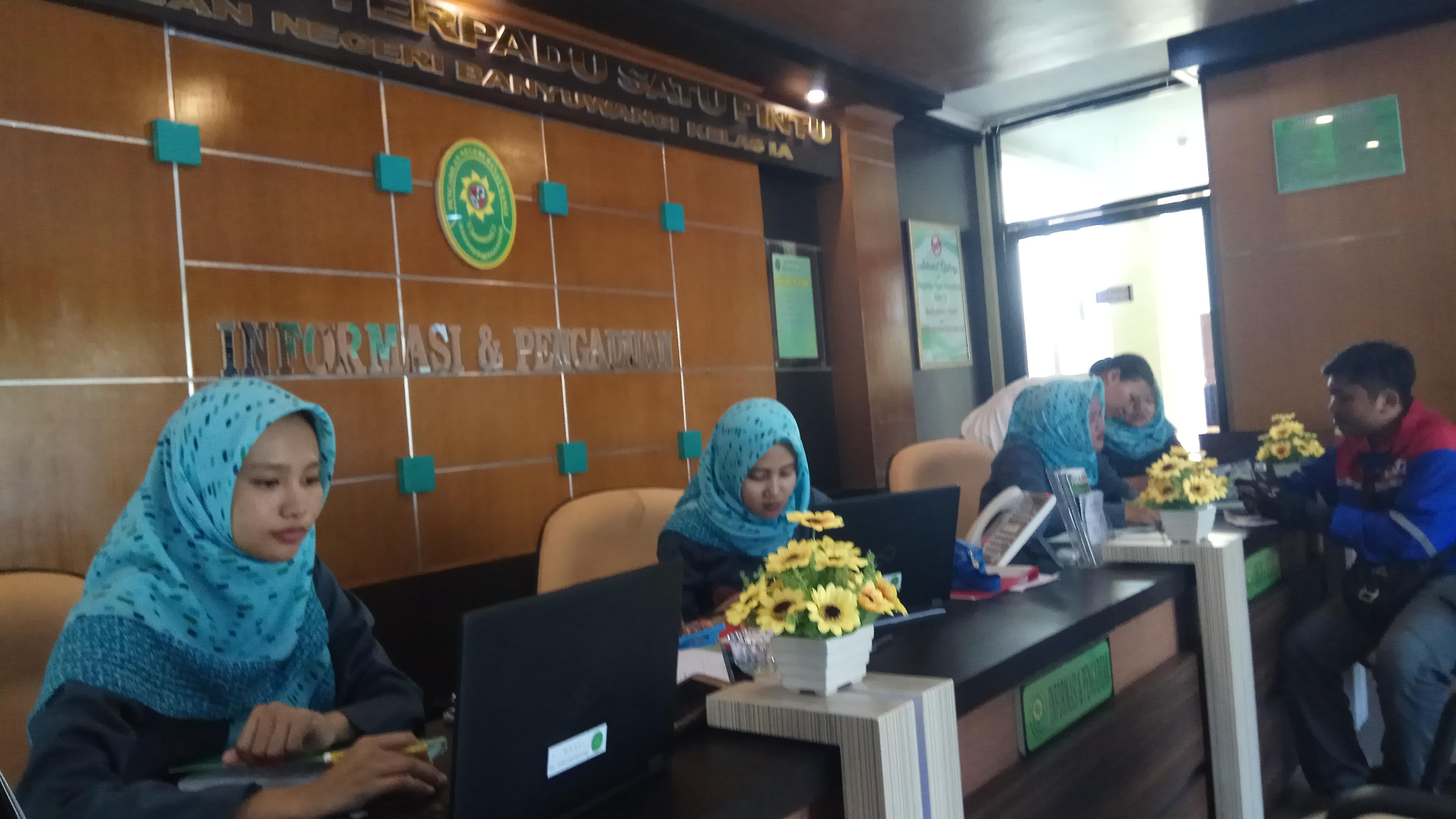 Petugas Informasi Pengadilan Negeri Banyuwangi sedang melayani masyarakat