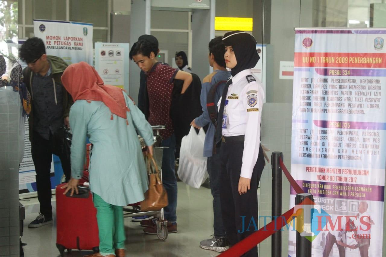 Ilustrasi, para penumpang pesawat tengah mengantre di Bandara Abd Saleh, Kabupaten Malang. (Foto: Nurlayla Ratri/MalangTIMES)