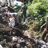 Warga, TNI dan DLH Pemkab Blitar gotong-royong membersihkan sampah di Kali Lekso.(Foto : Team BlitarTIMES)