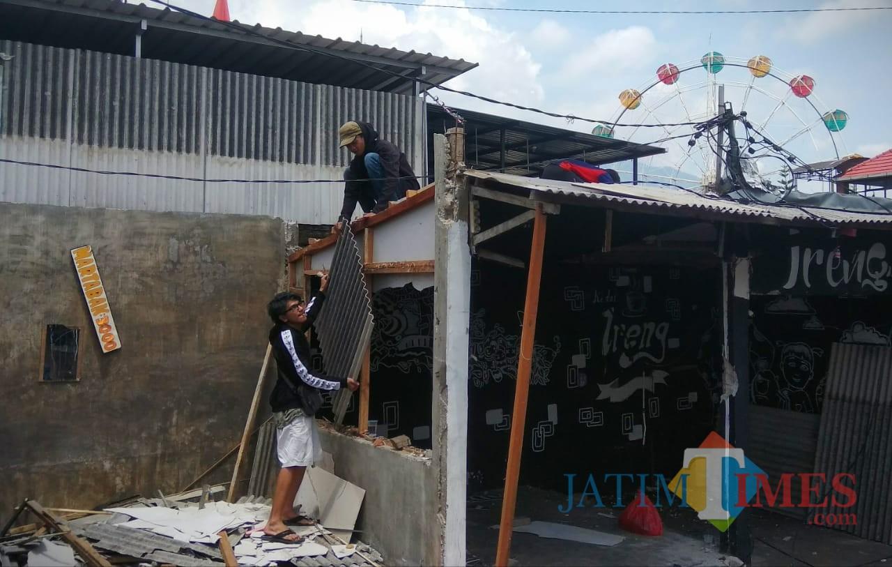 Suasana PKL di area Rumah Tua, Jalan Sudiro, Kelurahan Sisir, Kota Batu tengah membongkar bedak masing-masing. (Foto: Nurlayla Ratri/MalangTIMES)