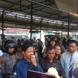 Panitera muda Perdata PN Malang Rudy Hartono sebagai hakim juru sita saat mengimbau PKL untuk keluar dari area Rumah Tua, Kota Batu. (Foto: Nurlayla Ratri/MalangTIMES)