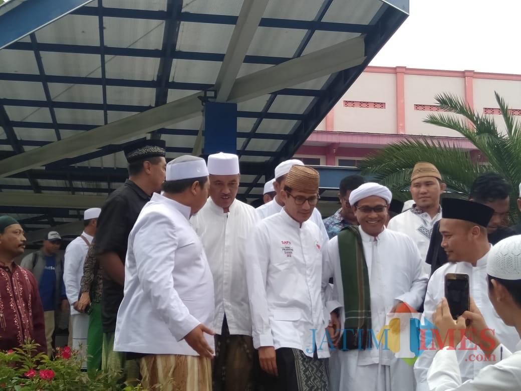 Cawapres nomor urut 02 Sandiaga Uno (tiga dari kiri) saat berada di Ponpes An-Nur 2 Bululawang, Kabupaten Malang, Rabu (05/12/2018) (Nana)