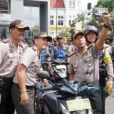 Kapolrestabes Surabaya Kombespol Rudi Setiawan saat menyerahkan motor.