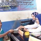 Penyerahan Izin Trayek oleh petugas DPMPTSP Kabupaten Malang kepada sopir angkutan umum dalam program Peyek Teri yang berlangsung di Terminal Pasar Singosari, Rabu (5/12/2018).