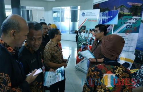 Pemkab Kediri membuka bursa kerja di gedung Convention Hall Simpang Lima Gumul (SLG) Kabupaten Kediri.(eko Arif s /JatimTimes)