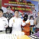 Polda Jatim saat merilis pelaku pengedaran kosmetik illegal