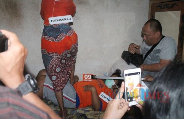 Satreskrim Polres Kediri menggelar ketika menggelar rekontruksi kasus pembuangan bayi beberapa waktu yang lalu di area persawahan Desa Krenceng, Kecamatan Kepung, pada Selasa (4/12/2018). (Foto: B. Setioko/JatimTIMES)