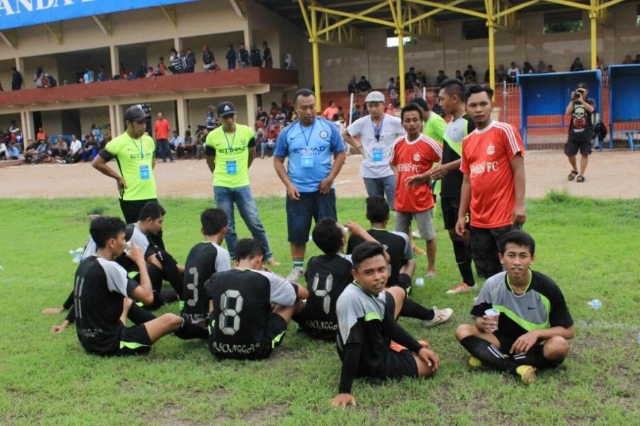 Bripka Danang Dwi C menyempatkan diri menularkan bakat dan hobinya itu ke pemuda desa, yakni sepak bola. (Foto: Ist)