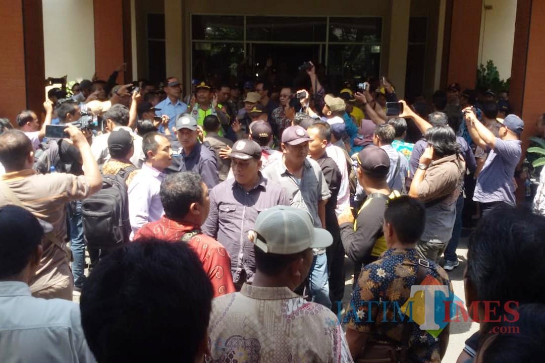 Massa yang tergabung dalam PKD Kabupaten Kediri geruduk kantor pemkab. (Foto: B. Setioko/JatimTIMES)