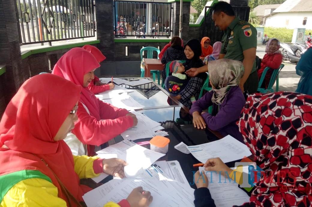 Suasana pelayanan KB gratis dalam rangka Hari Juang Kartika dan HUT Kodam V/Brawijaya. (Foto: B. Setioko/JatimTIMES)