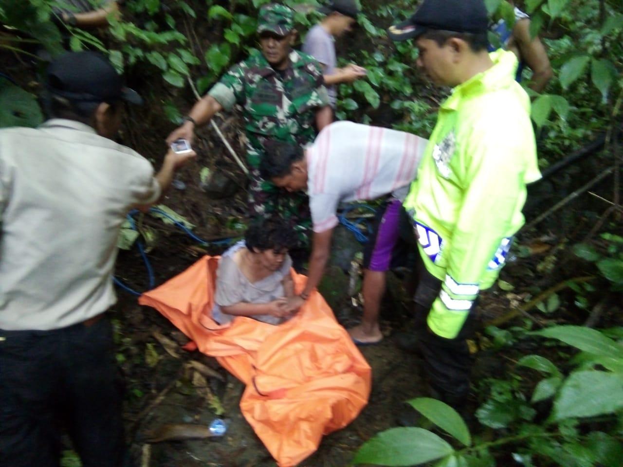Petugas mengevakuasi orang gila yang tersesat di Hutan Gadungan.(Foto : Humas Polres Blitar)