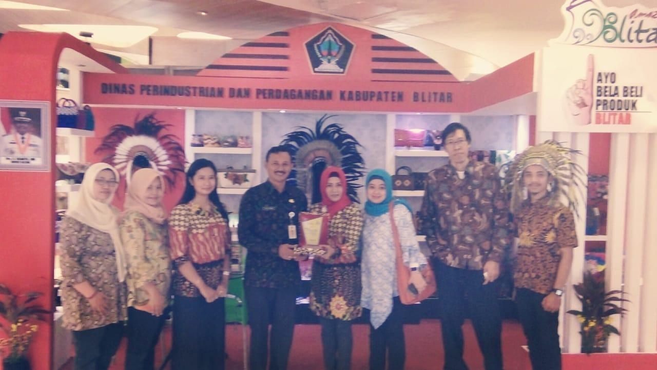 Disperindag Pemkab Blitar menerima cinderamata dari penyelenggara Bali Tourism, Craft and Investment Expo 2018