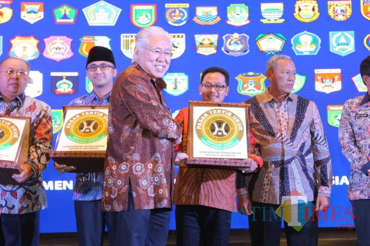 Wali Kota Malang Sutiaji tengah menerima piagam penghargaan Pasar Tertib Ukur dari Menteri Perdagangan Enggartiasto Lukita di Bandung. (Foto: Humas Pemkot Malang for MalangTIMES)
