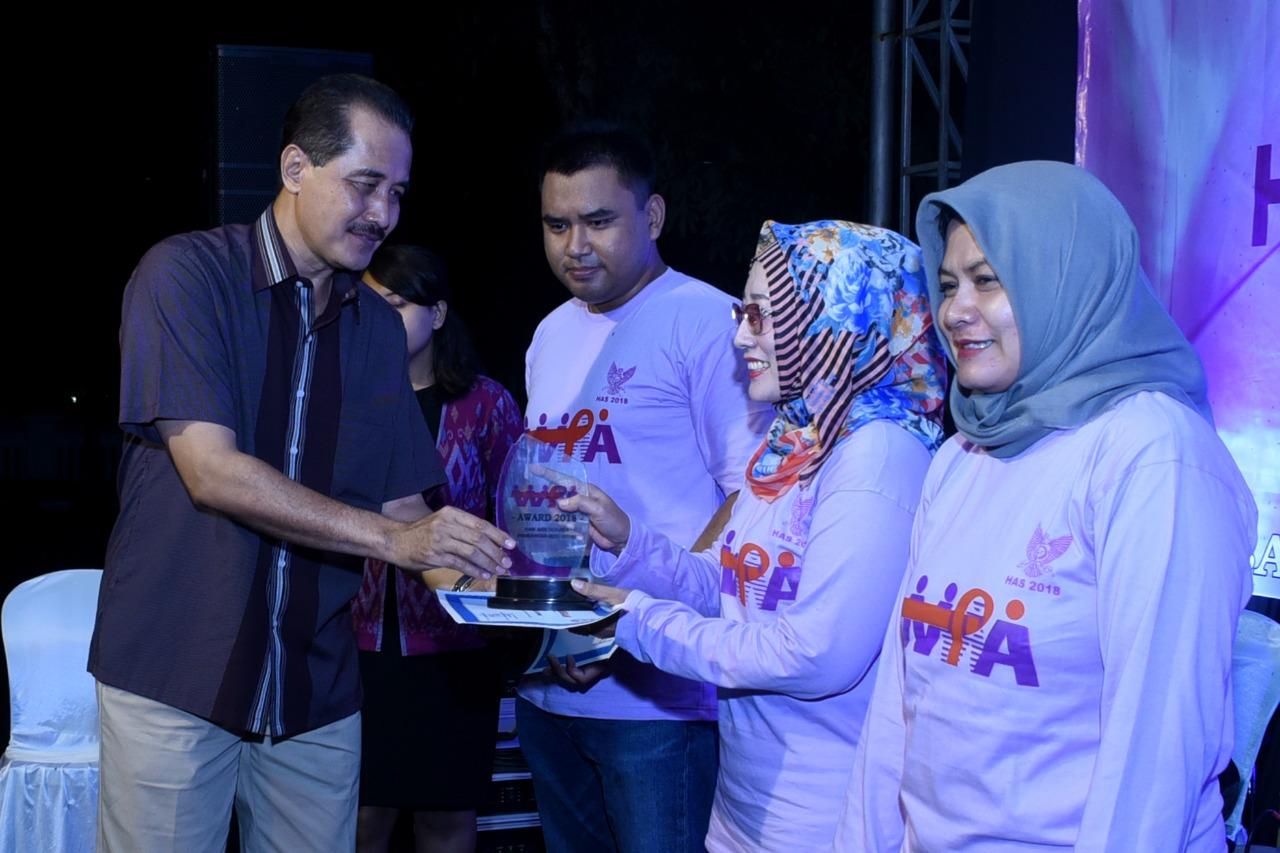 Sekretaris Daerah Kota Kediri Budwi Sunu memberikan penghargaan kepada Kader WPA. (ist)