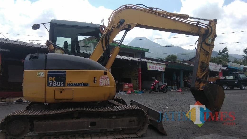 Alat-alat berat yang disiagakan untuk membongkar lapak-lapak PKL di halaman Rumah Tua, Kelurahan Sisir, Kota Batu. (Foto: Nurlayla Ratri/MalangTIMES)