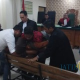 Jaksa dan pengacara berusaha menolong Wilujeng Esti Utami yang ambruk saat menjadi saksi di persidangan.