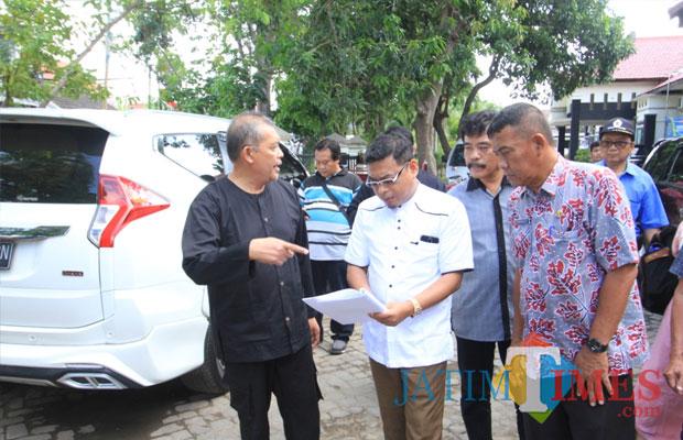 Ketua Pansus Abdul Azis berama kepala Dinas PUPR (Agus Salam/Jatim TIMES)
