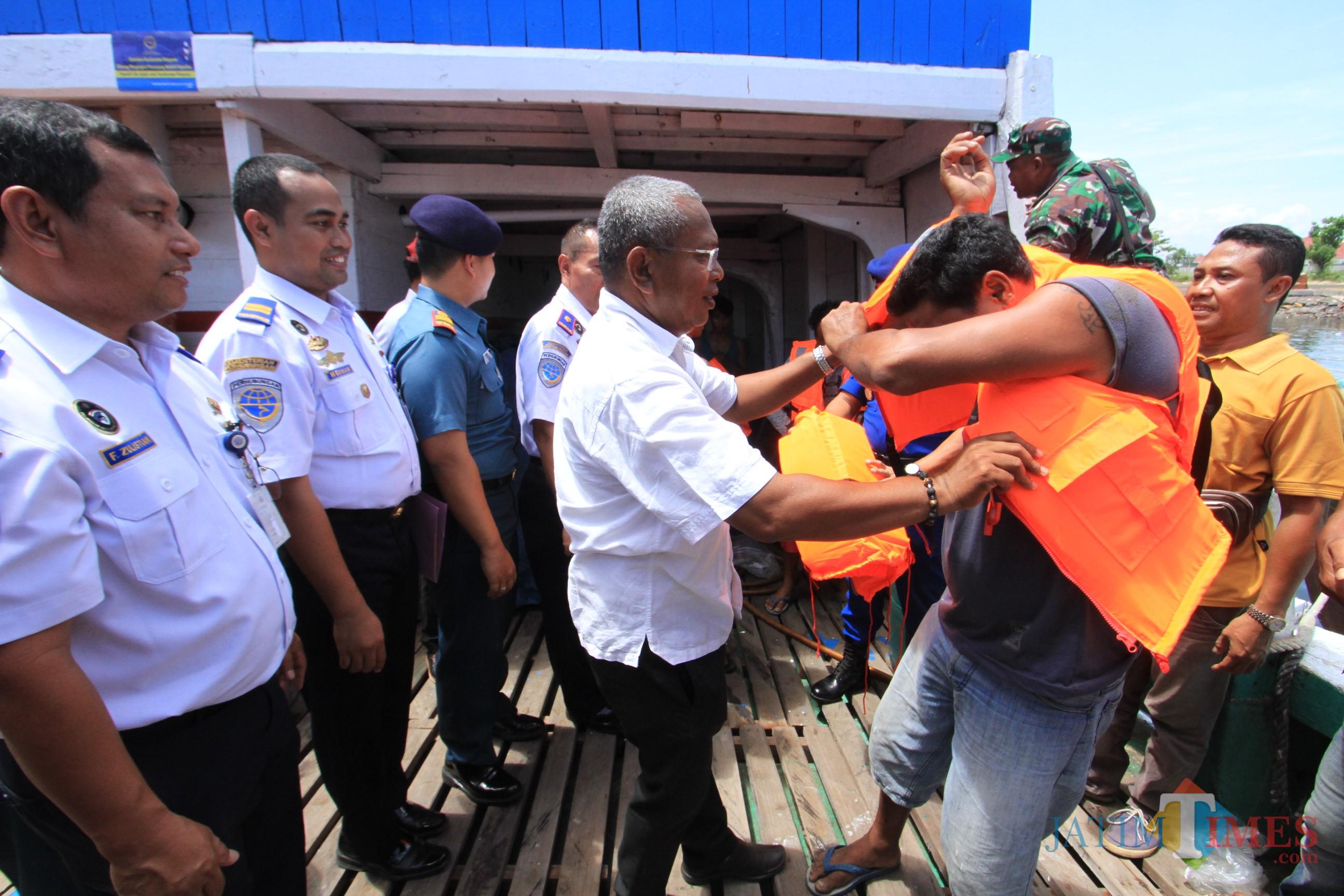 Para ABK menerima life jacket dari KPLP gratis  (Agus Salam/Jatim TIMES)