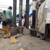 Tiang provider yang melanggar aturan karena menancap di tengah saluran air. (DPUPR)