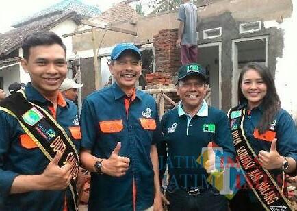 Kepala DPKPCK Kabupaten Malang Wahyu Hidayat (dua dari kiri) saat melihat proses bedah rumah. (dok MalangTIMES)