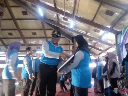 Wakil Wali Kota Malang Sofyan Edi Jarwoko saat menyerahkan penghargaan kepada petugas sosial dalam acara HKSN dan Peringatan Hari Disabilitas 2018 di Taman Krida Budaya Jawa Timur, Jumat (7/12/2018) (Pipit Anggraeni/MalangTIMES).