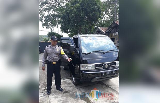 Petugas kepolisian saat menunjukkan barang bukti pencurian berupa kendaraan pick up, Kecamatan Lawang (Foto : Polsek Lawang for MalangTIMES)
