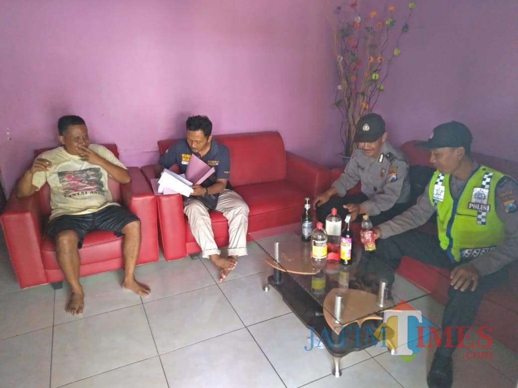 Empat botol Miras ditemukan saat razia di salah satu warung di Pinggirsari / Foto : Dokpol / Tulungagung TIMES