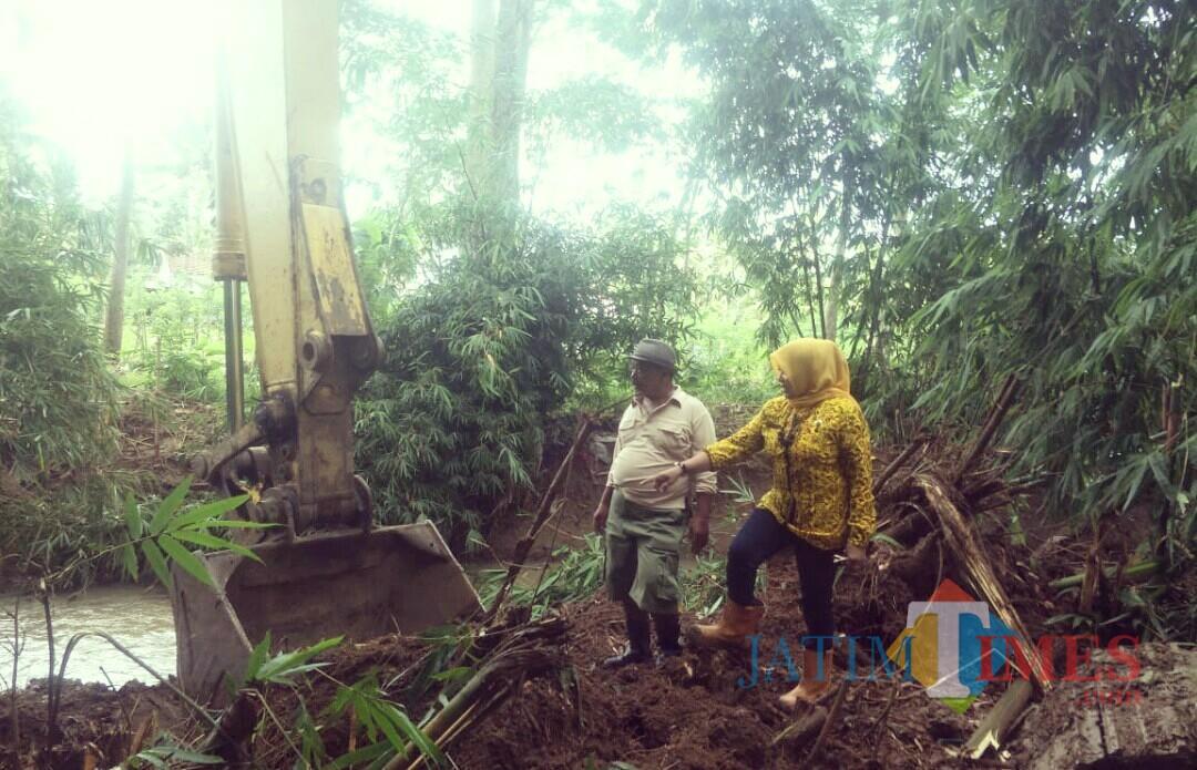 Kades Sumberagung Vivin Agustin memantau langsung proses normalisasi Sungai Gonggo akibat dipenuhi sampah.