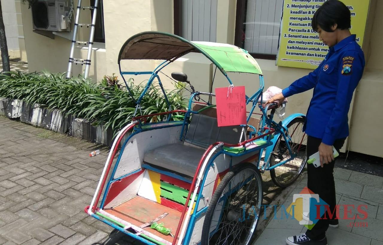 Becak yang dibeli TEP, DPO kasus pencurian keramik yanng dikejar oleh jajaran Polsek Blimbing, Kota Malang. (Foto: Nurlayla Ratri/MalangTIMES)