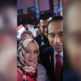 Ketua DPD Partai Perindo Kota Malang, Laily Fitriyah Liza Min Nelly dalam satu kesempatan bersama calon presiden Joko Widodo (istimewa)