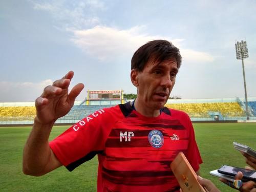Pelatih Kepala Arema FC, Milan Petrovic (Hendra Saputra)