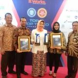 Wali Kota Batu Dewanti Rumpoko saat menerima penghargaan di Golden Ballroom - The Sultan Hotel Jakarta, Kamis (6/12/2018) malam. (Foto: Istimewa)