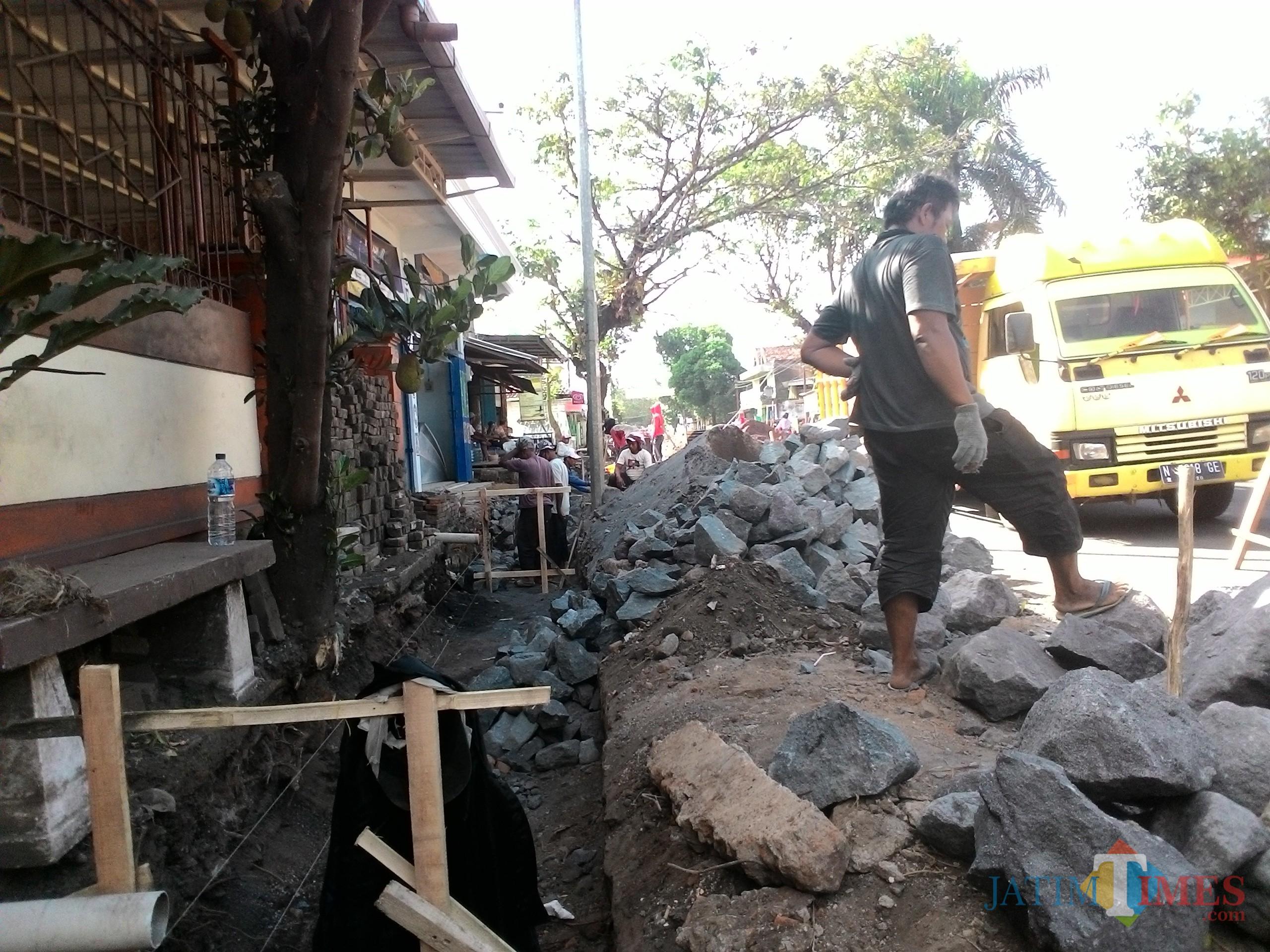 Persoalan jalan rusak di wilayah Kabupaten Malang dikarenakan gorong-gorong yang buntu, seperti yang terjadi di Jalan Talangagung. (Nana)