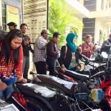 Salah satu korban mengecek kondisi sepeda motor di halaman Polres Batu, Jumat (7/12/2018). (Foto: Irsya Richa/MalangTIMES)