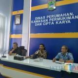 Tengah : Kepala DPKPCK Kabupaten Malang Wahyu Hidayat bersama Sekretaris Wahyudi (kanan) di ruang rapat kantor DPKPCK Kabupaten Malang (Nana)