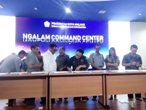 Wali Kota Malang (kenakan kacamata), Sutiaji saat menandatangani kontrak Lelang Kinerja bersama dengan sembilan OPD yang rampung menyelesaikan proses lelang di Ngalam Command Center, Sabtu (8/12/2018) (Pipit Anggraeni/MalangTIMES)