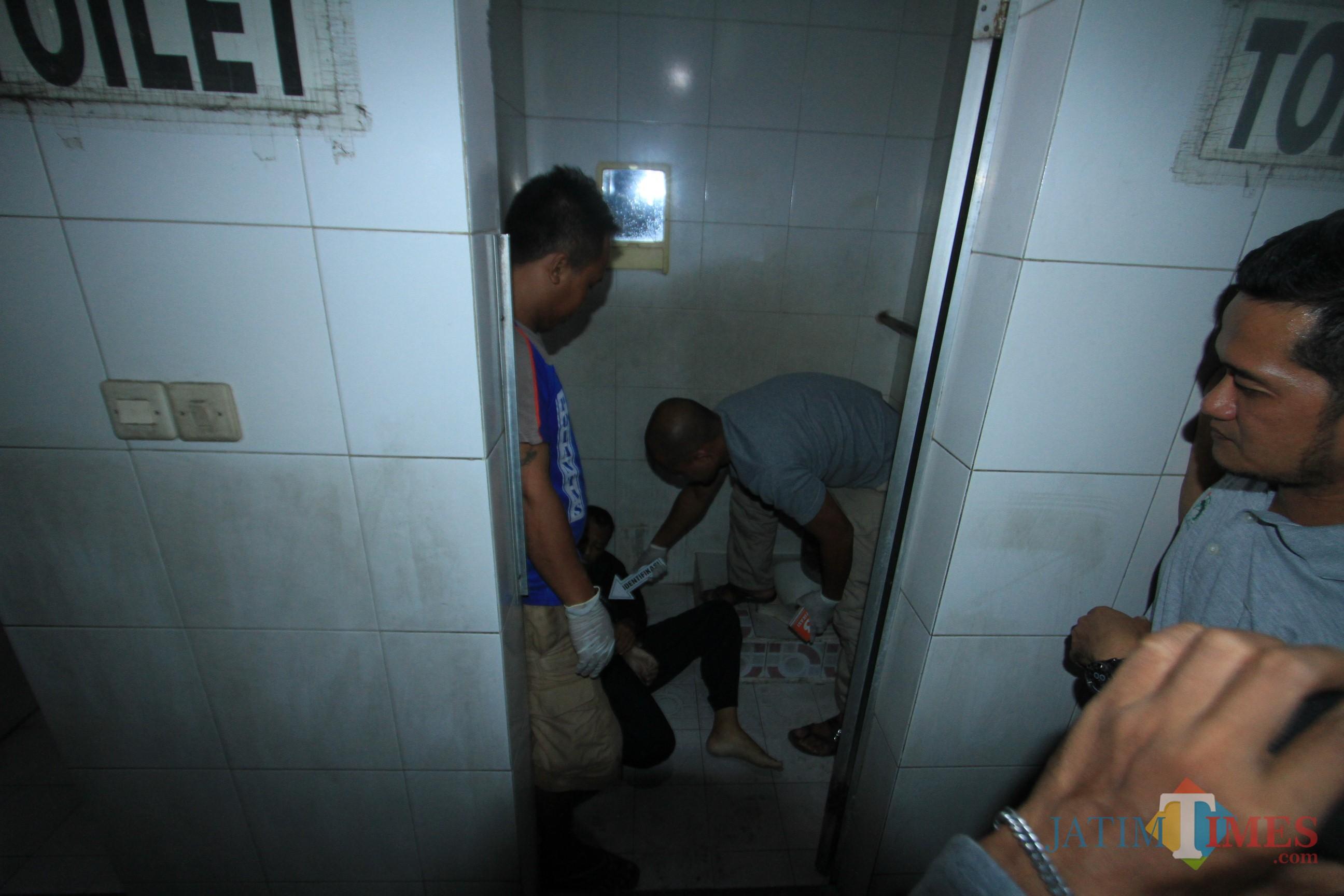 TYim identifikasi Polresta Probolinggo melakukan olah TKP sebelum  jasad dibawa ke RSUD dr Muhammad Saleh  (Agus Salam/Jatim TIMES)