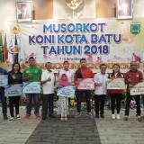 Wali Kota Batu Dewanti Rumpoko usai memberikan bonus kepada atlet Kota Batu di di Hall Arjuna Taman Rekreasi Selecta, Jumat (7/12/2018) malam. (Foto: istimewa)