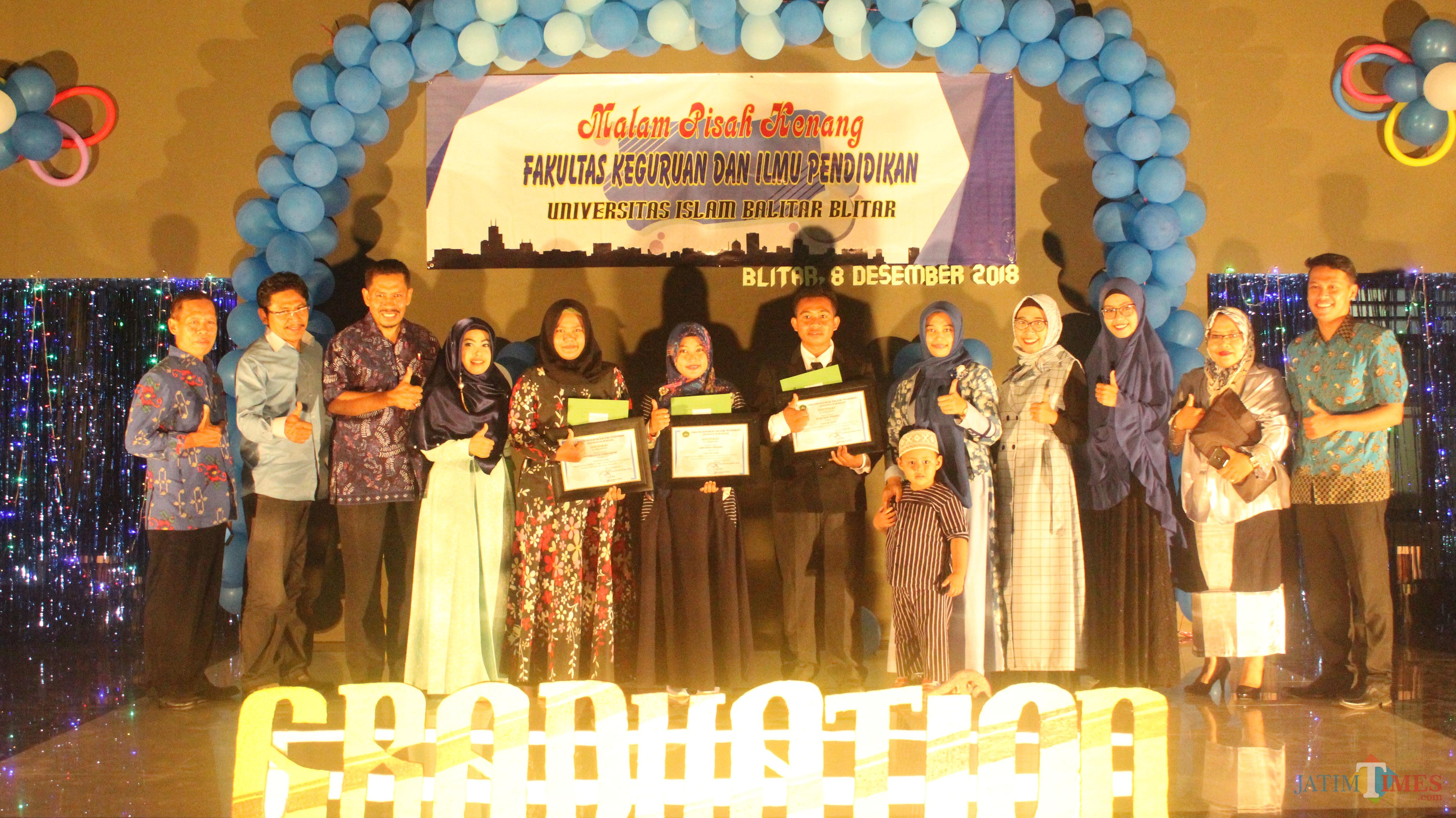 Penghargaan diberikan kepada lulusan FKIP Unisba Blitar.(Foto : Aunur Rofiq/BlitarTIMES)