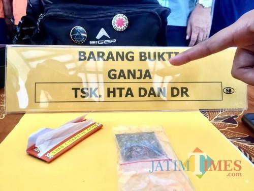 Barang bukti ganja dan kertas ambri di Halaman Polres Batu. (Foto: Irsya Richa/MalangTIMES)