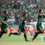Fandi Eko ketika usai mencetak gol ke gawang PSIS Semarang.