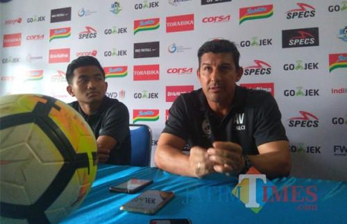 Pelatih Sriwijaya FC Alfredo Vera (kanan) saat sesi konferensi pers di Kandang Singa. (Hendra Saputra)
