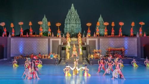Pertunjukan sendra tari dengan memanfaatkan latar candi Prambanan, Jateng, sebagai upaya lain memperkenalkan situs sejarah lebih massif (Ist)