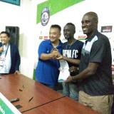Prosesi penandaan tanganan Makan Konate usai laga Arema FC vs Sriwijaya FC (Hendra Saputra)