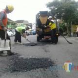 Tim Salob Dinas PU Bina Marga Kabupaten Malang terus bergerak melayani aduan warga atas jalanan berlubang di musim hujan saat ini. (Nana)