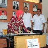 Wali Kota Probolinggo Rukmini, serahkan bantuan gempa dan Sunami Palu ke PMI Cabang Kota Probolinggo (Agus Salam/Jatim TIMES)