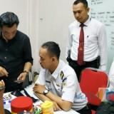 Polres Lumajang saat melakukan penyidikan kepada petugas KAI gadungan. (Foto: Humas Polres/JatimTIMES)